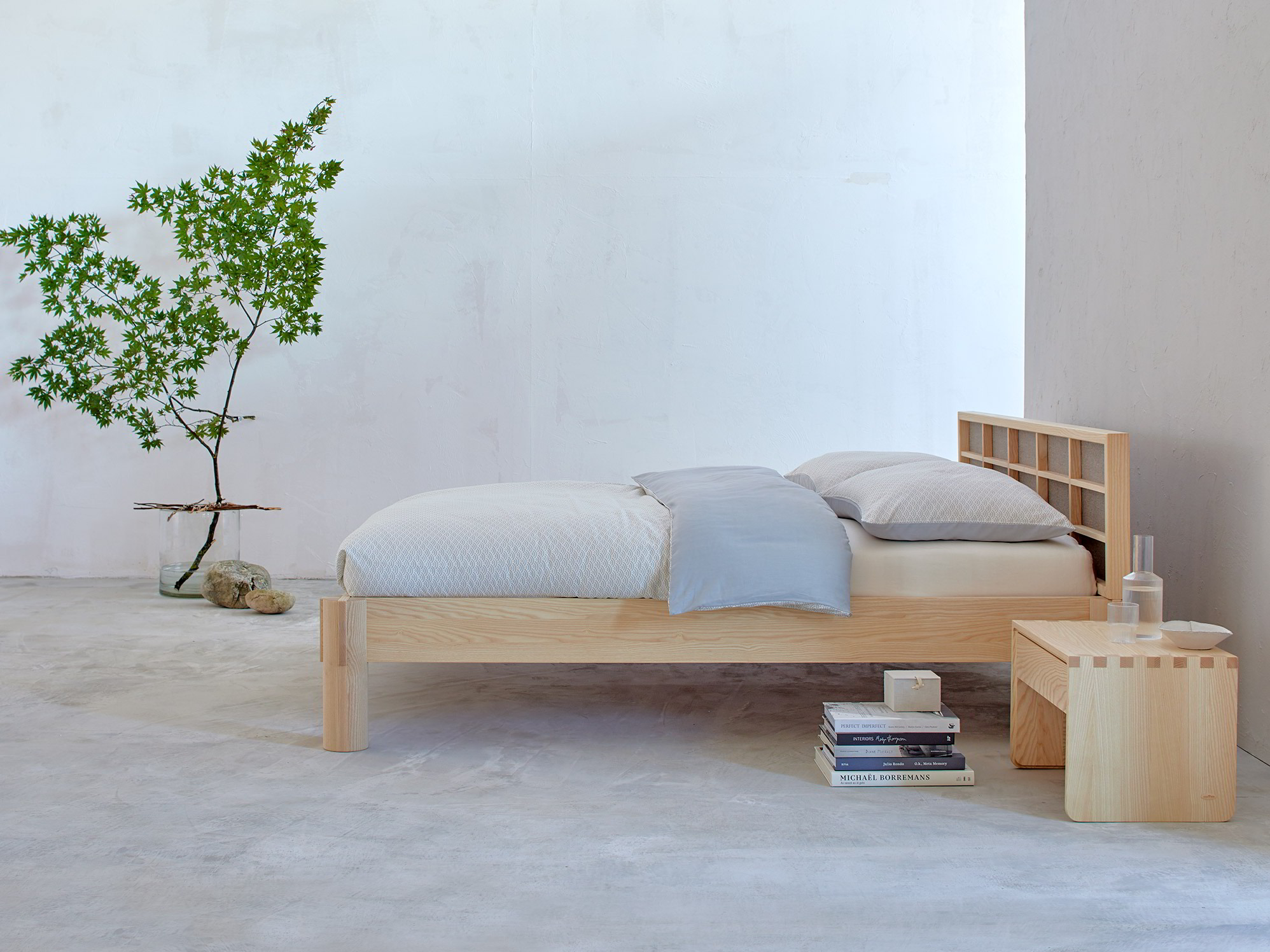 ryokan bett mit betthaupt stoffbespannung esche gr ne erde. Black Bedroom Furniture Sets. Home Design Ideas